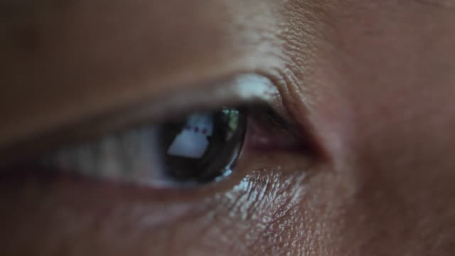 close-up eye looking computer - didattica a distanza video stock e b–roll