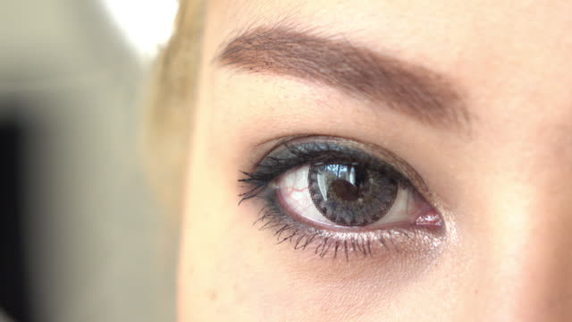 vídeos de stock e filmes b-roll de close-up do olho de mulher muito atraente beleza - contacts