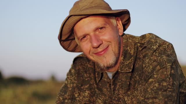 close-up face of an old fisherman with a beard in a hat. - żabnicokształtne filmów i materiałów b-roll