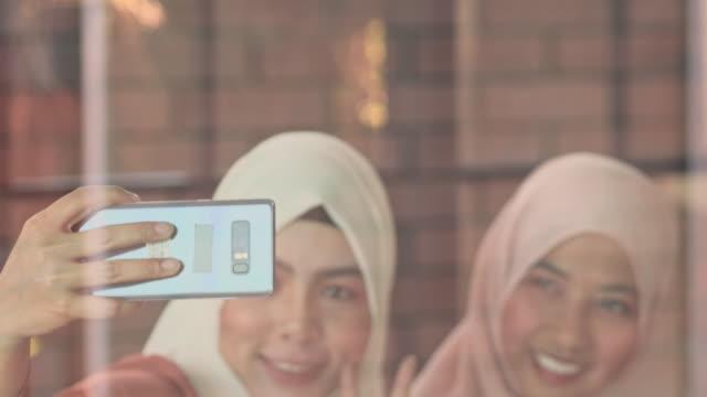 若い女性の自分撮りのクローズアップ顔 - environmentalism点の映像素材/bロール