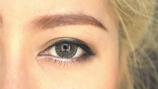 close-up gesicht frau make-up schönheit schaut an die kamera - make up mode stock-videos und b-roll-filmmaterial