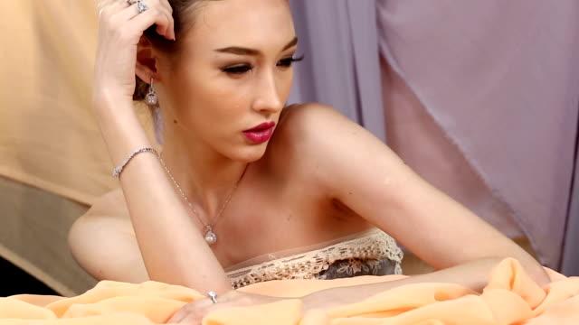 close-up fashion portrait of diamond ring, necklace, bracelet, earrings sensual caucasian lady - браслет стоковые видео и кадры b-roll