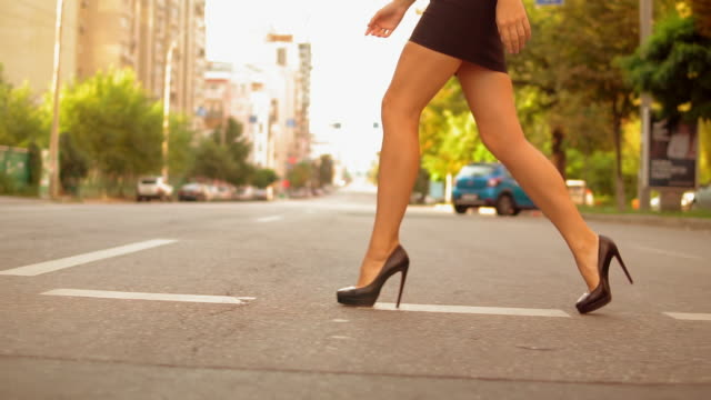 vídeos de stock e filmes b-roll de closeup fashionable woman crosses the road - saia