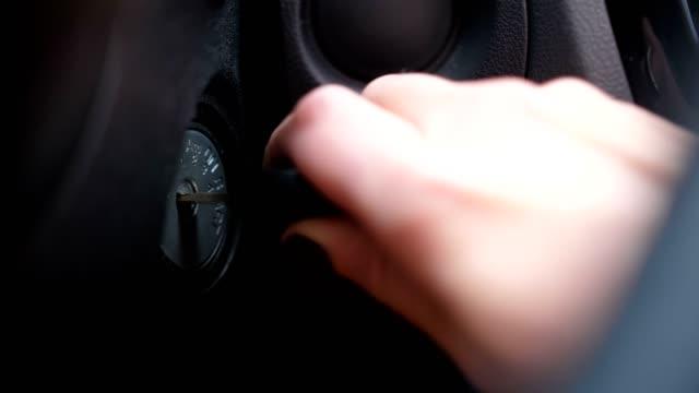 vidéos et rushes de gros plan. une main féminine démarre la voiture. touches, allumage 4k slow mo - clé