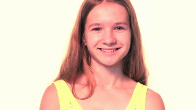 close-up girl posing - endast flickor bildbanksvideor och videomaterial från bakom kulisserna