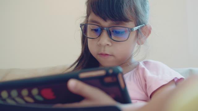 [close-up] girl using tablet - praca domowa filmów i materiałów b-roll