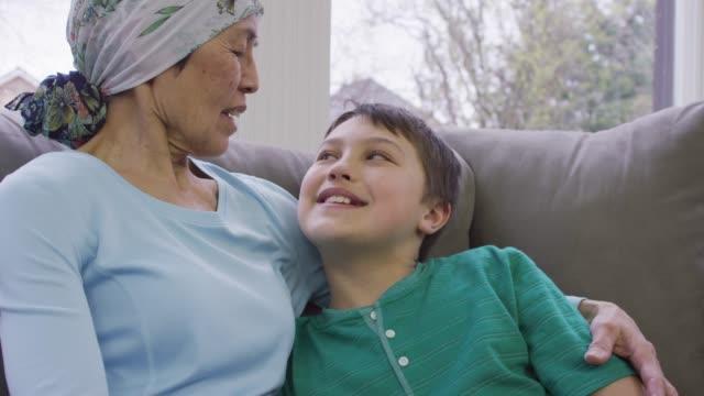 근접 촬영 할머니 암 복구 - breast cancer awareness 스톡 비디오 및 b-롤 화면