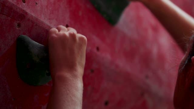 close-up greifen, kletterwand - bouldering stock-videos und b-roll-filmmaterial
