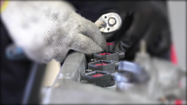 自動車整備士のクローズ アップ手エンジンを修復し、障害やエラーのために車をチェック - 機械工点の映像素材/bロール