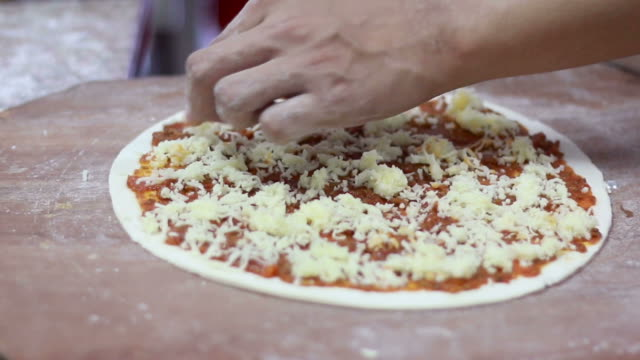 Primer plano de manos del chef de baker hacer pizzas en la cocina - vídeo