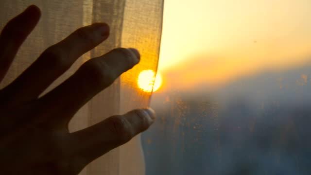 närbild hand öppna fönster gardin på morgonen - sunrise bildbanksvideor och videomaterial från bakom kulisserna