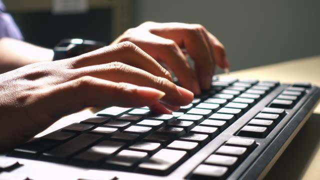 vídeos y material grabado en eventos de stock de primer plano escritura manual trabajando en el teclado de un ordenador - mecanografiar