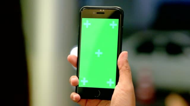 yakın çekim: el cep telefonuyla geceleri - hand holding phone stok videoları ve detay görüntü çekimi