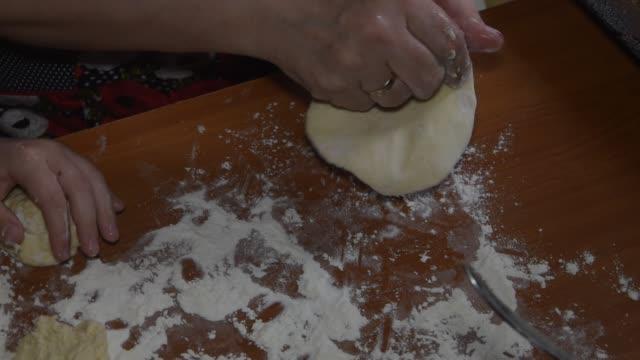 close-up, hands confectioner sculpt rolls with apple jam - scone filmów i materiałów b-roll