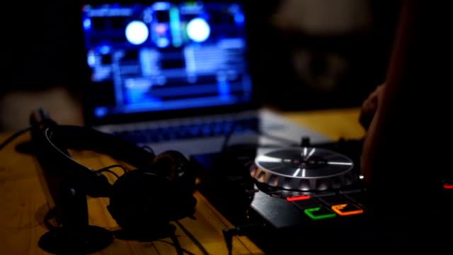 vidéos et rushes de gros plan. mains de console de mixage dj platines tourne-disque à disco party nightclub pour fête - hip hop