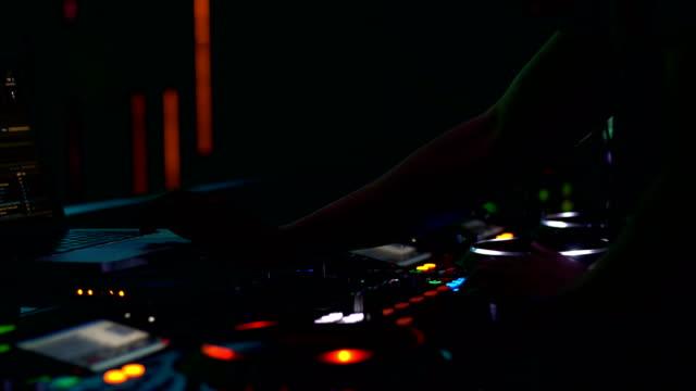vidéos et rushes de gros plan. mains de dj decks platine mélangeur console à disco party nightclub pour événement de célébration - hip hop
