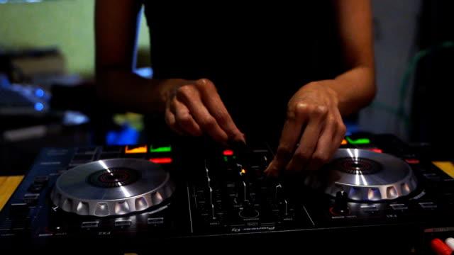 vídeos de stock, filmes e b-roll de close-up. mãos de dj decks mesa giratória mixer em discoteca party discoteca para evento celebração - dj