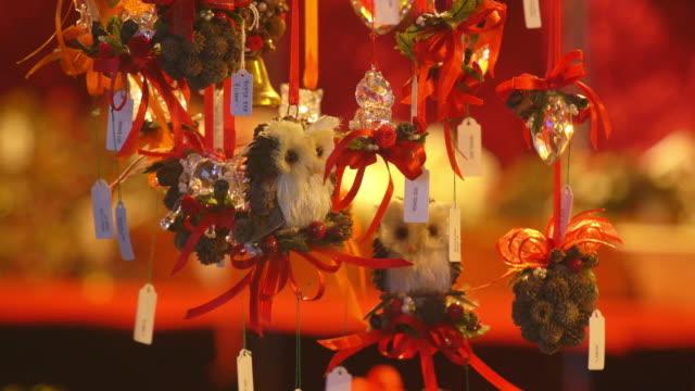 close-up hängenden weihnachtsschmuck zum verkauf - weihnachtsmarkt stock-videos und b-roll-filmmaterial