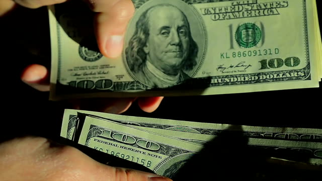 close-up high angle male hands count hundred dollar bills - avidità video stock e b–roll