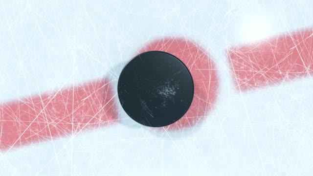 vidéos et rushes de gros plan hockey puck baisse dans la zone de mise au jeu. animation 3d de falling rondelle de hockey sur glace avec ou sans dof blur sur vert écran alpha masque. active sport concept. - hockey sur glace