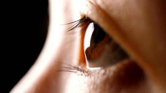 vidéos et rushes de oeil rapproché de l'homme - rétine