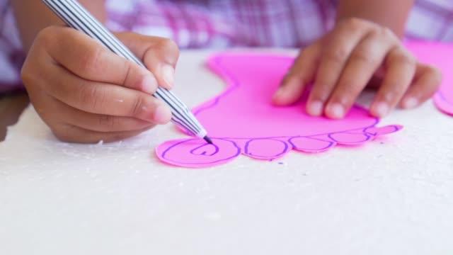 mani ravvicinate per bambini usando le penne in feltro colorate su carta, scatto al rallentatore in 100 fps - matita colorata video stock e b–roll