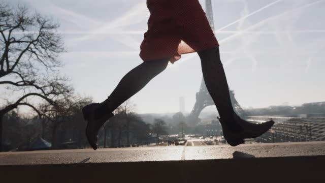 vídeos y material grabado en eventos de stock de patas de primer plano de hermosa joven feliz con vestido rojo corriendo en el romántico cielo de la torre eiffel panorama de cámara lenta. - moda parisina