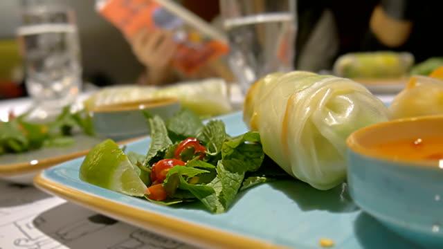 stockvideo's en b-roll-footage met close-up kalk, papier, mint vietnamese loempia's op tafel - pepernoten