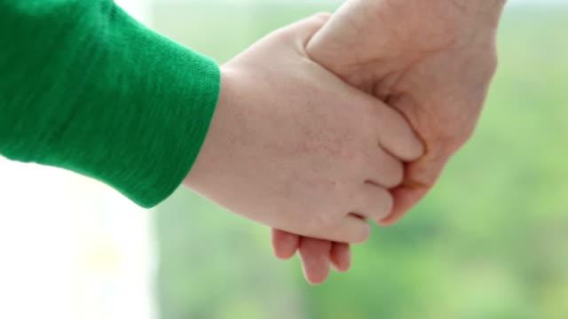 vídeos de stock, filmes e b-roll de close-up mão menina deixar ir mão mãe, privação de direitos parentais - ucrânia