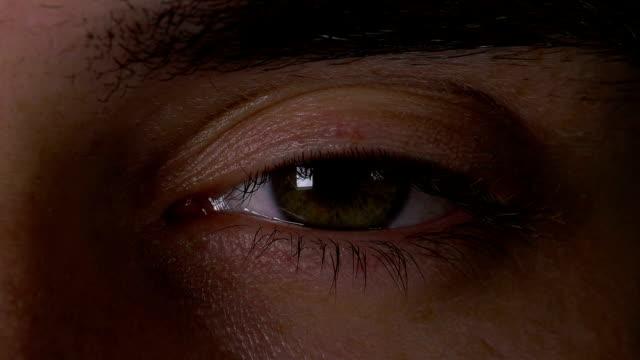 vídeos de stock e filmes b-roll de closeup macro of man eye opening in slow motion - cansado