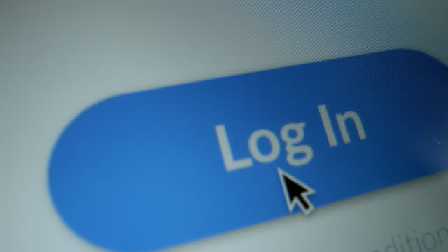 クローズアップマクロショット:青い「ログイン」ボタンを示すウェブサイトを持つデバイス画面、ボタンのカーソルクリック。ウェブサイト/ソーシャルメディアアクセス認証ページのモッ� - パスワード点の映像素材/bロール