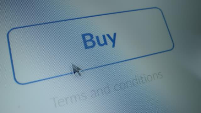 """close-up macro shot: gerätebildschirm mit website zeigt """"kaufen"""" taste, cursor klicks auf taste, button blinkt mit blauem licht. online-shopping / e-commerce-konzept. mock-up-anwendungsbenutzeroberfläche, ux, gui - tablet mit displayinhalt stock-videos und b-roll-filmmaterial"""