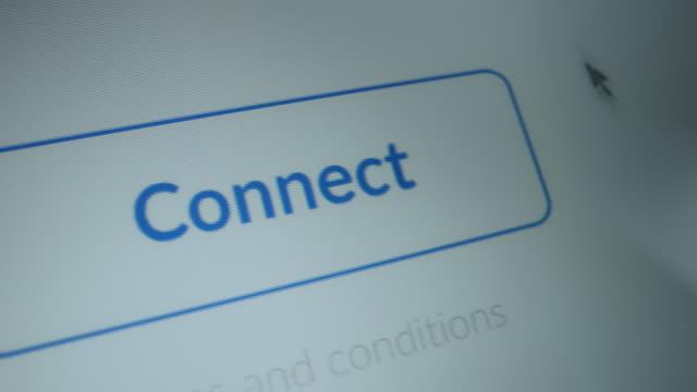 """vídeos de stock, filmes e b-roll de close-up macro shot: tela do dispositivo com site mostrando botão """"conectar"""", cursor clica no botão, ele pisca luz azul. conceito de software mock-up com interface do dia de design de materiais, ux, gui - log on"""