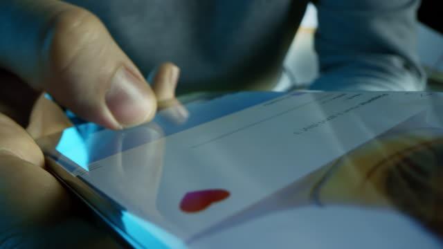 крупным планом макро pov shot: сенсорный экран устройства прокрутки через социальные медиа-канал, глядя на фотографии продуктов питания, живот - кормить стоковые видео и кадры b-roll