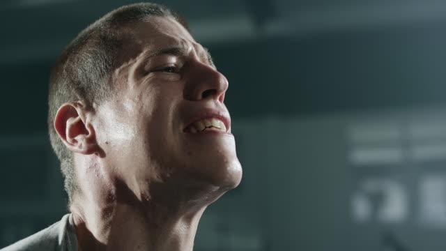 ジムでウェイトとフルパワー運動を行うオスの運動選手をクローズ アップ - クロストレーニング点の映像素材/bロール