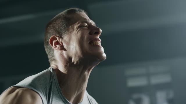 -남자 선수 체육관에서 무게와 전력 운동을 하 고 - 보디 빌딩 스톡 비디오 및 b-롤 화면