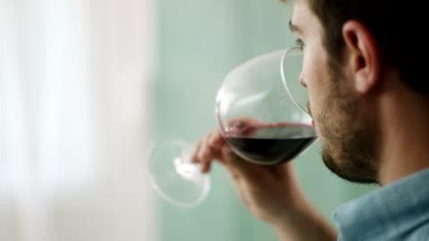 vídeos de stock e filmes b-roll de close-up, man drinking red wine - bebida