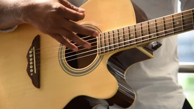 närbild man spela gitarr - gitarrist bildbanksvideor och videomaterial från bakom kulisserna
