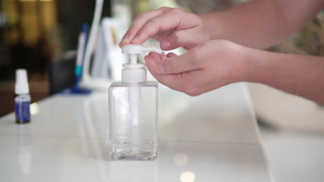 クローズアップ男アルコールで彼の手を洗う。 - 飲食店点の映像素材/bロール