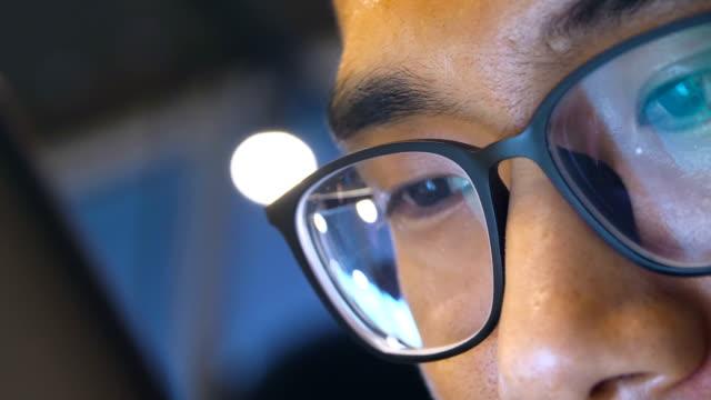 close-up mann mit brille mit handy - china stock-videos und b-roll-filmmaterial