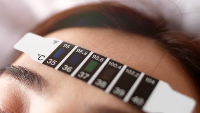 stockvideo's en b-roll-footage met close-up meet de temperatuur - thermometer