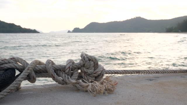 vídeos y material grabado en eventos de stock de cuerda de amarre de cerca del barco - amarrado