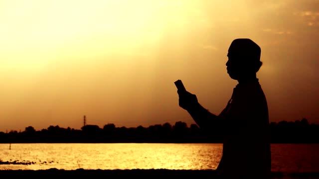 stockvideo's en b-roll-footage met close-up: moslimmannen bidden voor de zegeningen van god - heilig geschrift