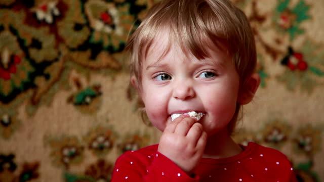 vídeos de stock e filmes b-roll de close-up of a baby spitting out untasty food - boca suja