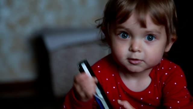 primo posto di un bambino che parla al telefono - ear talking video stock e b–roll