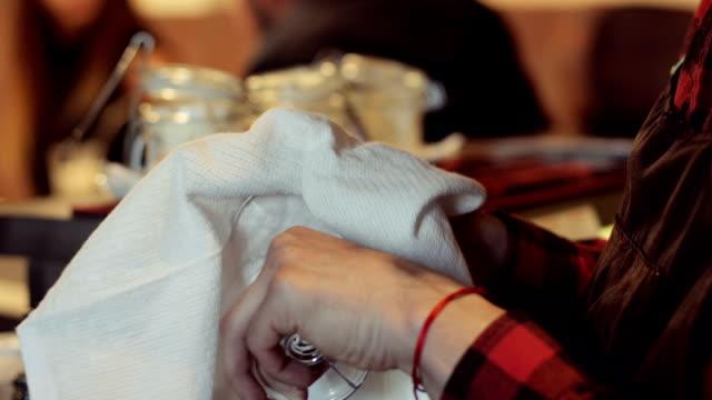 白いタオルでガラスのコップを拭くバーマンのクローズ アップ。 - グラス点の映像素材/bロール