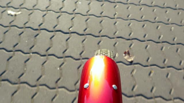 närbild av ett cykelhjul rullande på trottoaren plattan - wheel black background bildbanksvideor och videomaterial från bakom kulisserna