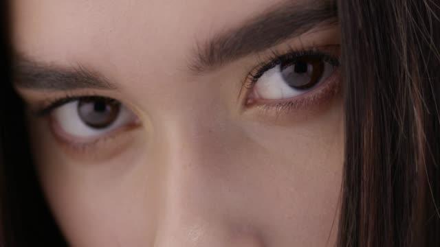 vidéos et rushes de gros plan du visage d'une brune mannequin. mode vidéo. visage de mode parfait de modèles. mode vidéo. - tentation