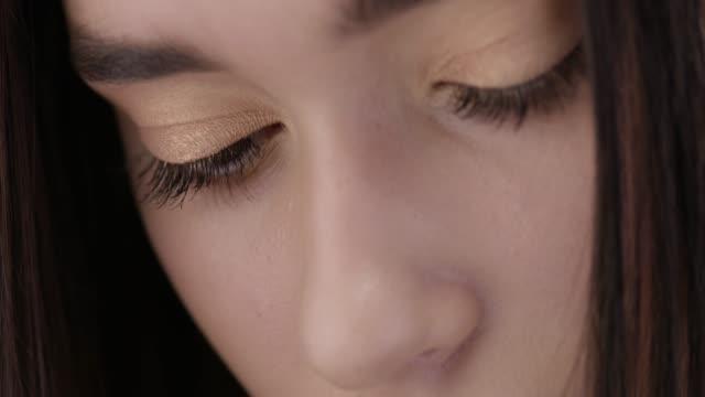 close-up of a brunette fashion model`s face. fashion video.perfect fashion models face. fashion video. - сбежавший из дома стоковые видео и кадры b-roll