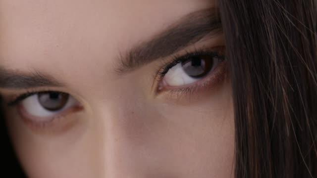 close-up of a brunette fashion model`s face. fashion video.perfect fashion models face. fashion video. - clavicola video stock e b–roll